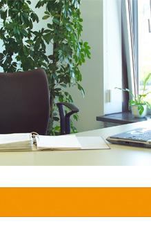 Orlando-Office – Angebote schreiben, Tisch mit Notizheft und Laptop